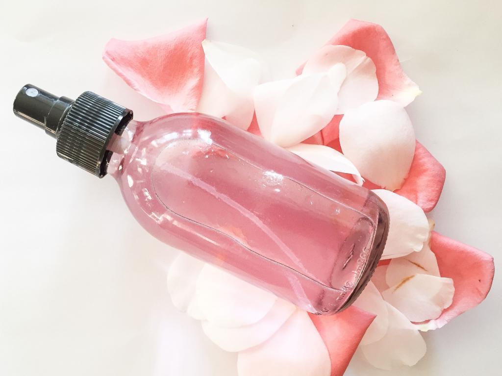 Натурально и экономно: я сама готовлю спрей мист для лица на основе розовой воды