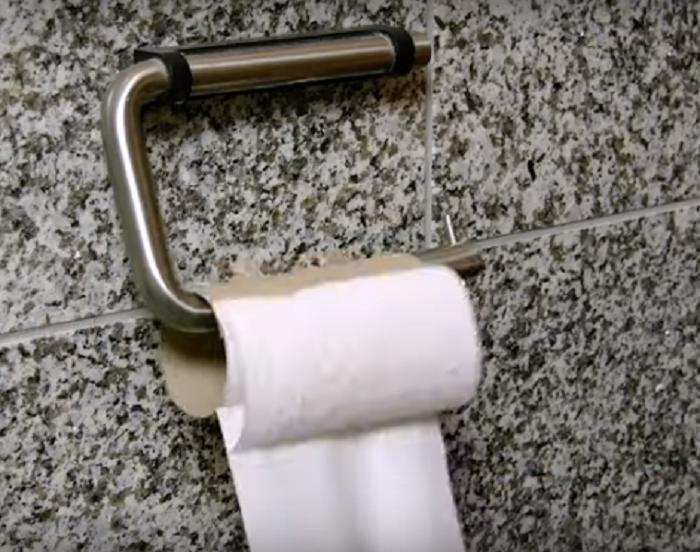 Муж взял втулки от туалетной бумаги и приступил к работе. Ребенок был в восторге от его поделок