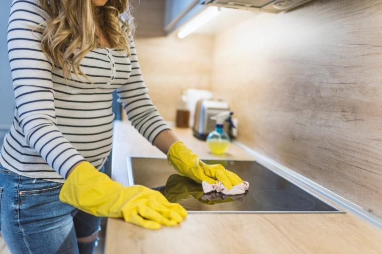 Свекровь рассказала, чего не стоит делать, чтобы продлить жизнь кухонной плиты. Во-первых, не пользоваться металлическими скребками