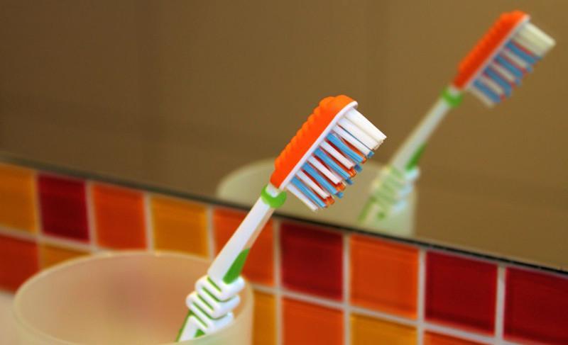 Причиной тошноты может послужить зубная щетка: ошибки, которые мы совершаем в ванной