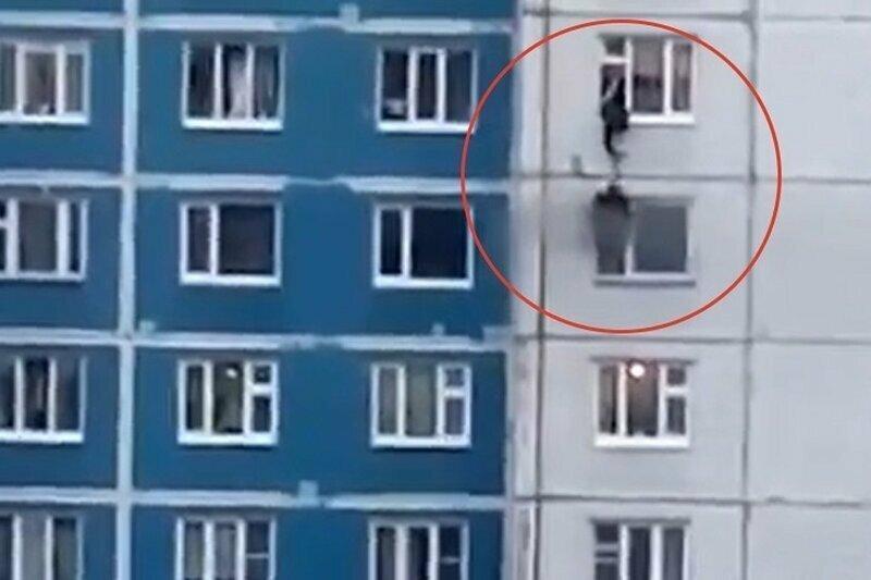 Парень голыми руками вытащил девушку из огня