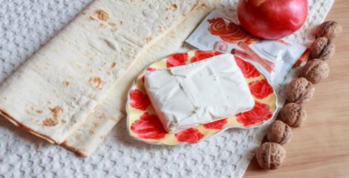 Хозяйка рассказывает интересный метод приготовления пирога, использует лаваш как альтернативу