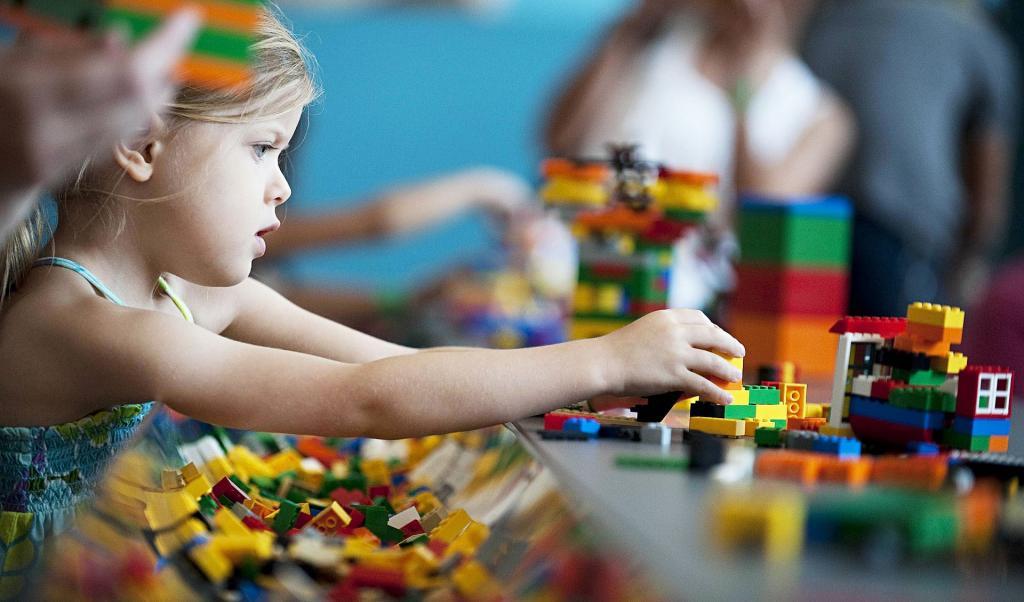 LEGO просит людей не выбрасывать старые конструкторы, а пожертвовать их нуждающимся детям. Все расходы компания обещает взять на себя