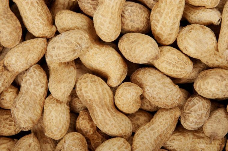 Орехи, картошка, арахис: почему эти и некоторые другие продукты считаются самой опасной едой