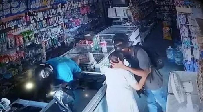 Манерный и воспитанный вор: во время ограбления аптеки мужчина сжалился над бабушкой, поцеловав ее макушку (видео)