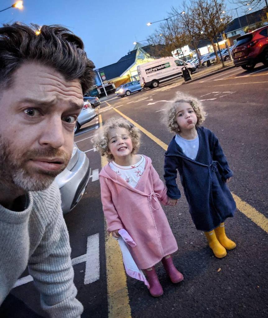 Отец четырех дочерей делится фотографиями своей повседневной жизни