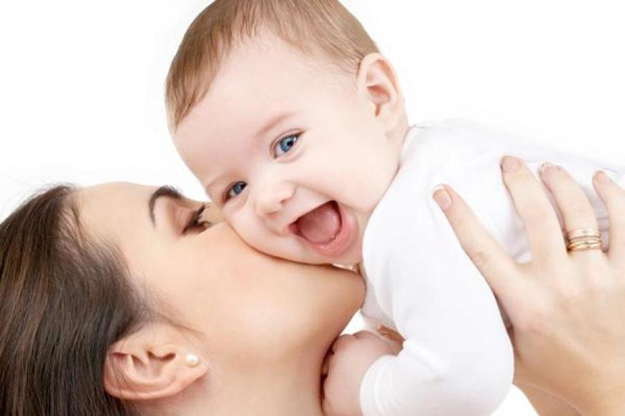 10 вещей, которыми родители могут неосознанно навредить своим малышам: объятия и многое другое