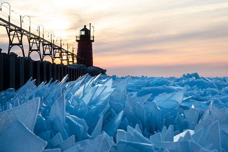 Купаться запрещается: экстремальные погодные условия превратили озеро Мичиган в поле «битого стекла»