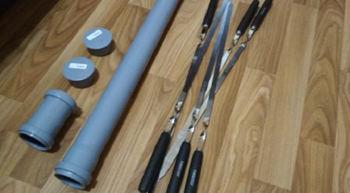 Чтобы шампуры не растерялись, папа смастерил для них хороший тубус из обрезка ПВХ трубы: инструкция с пошаговыми фото