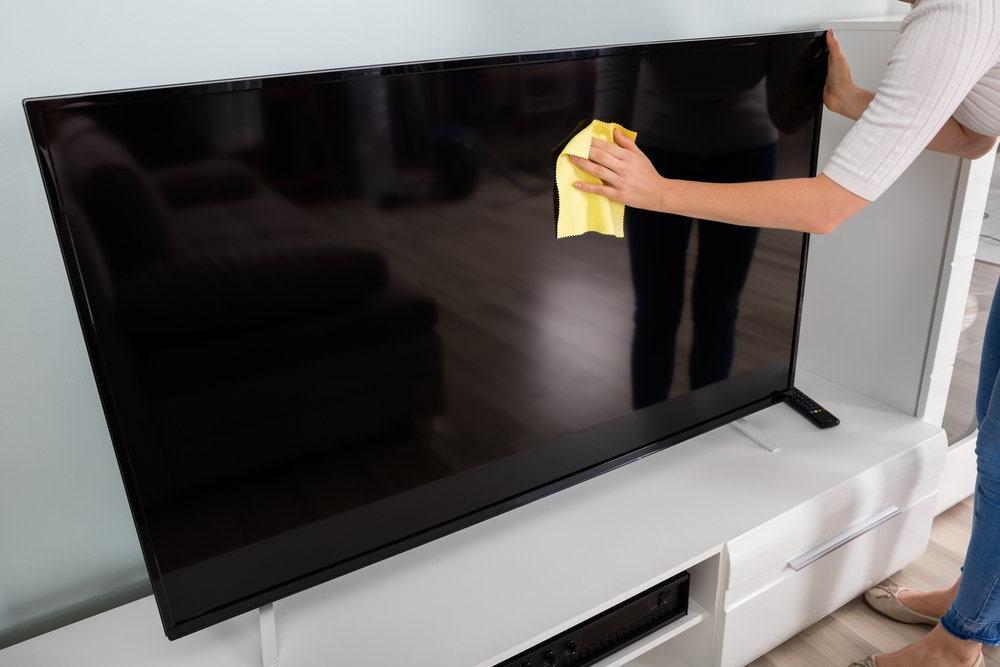 Как быстро почистить телевизор или монитор компьютера, не оставив разводов и царапин: несколько советов