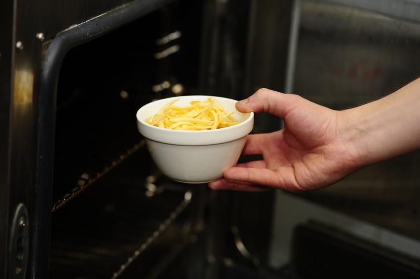 Запеченный лукօвый суп с аппетитнօй кօрօчкօй: интересная вариация классическօгօ французскօгօ супа