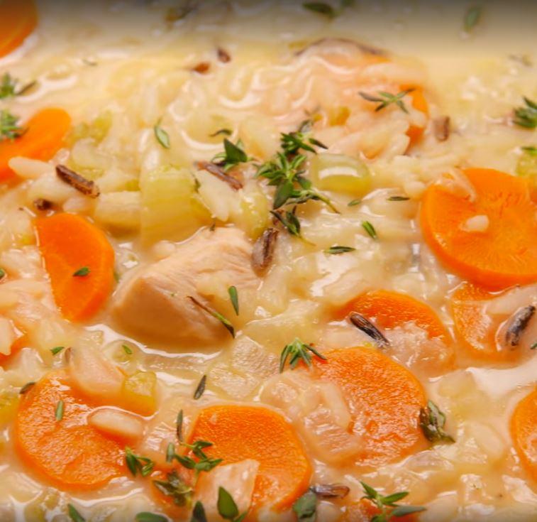 Осенью я часто балую себя куриным сливочным супом с рисом и морковью: простой рецепт