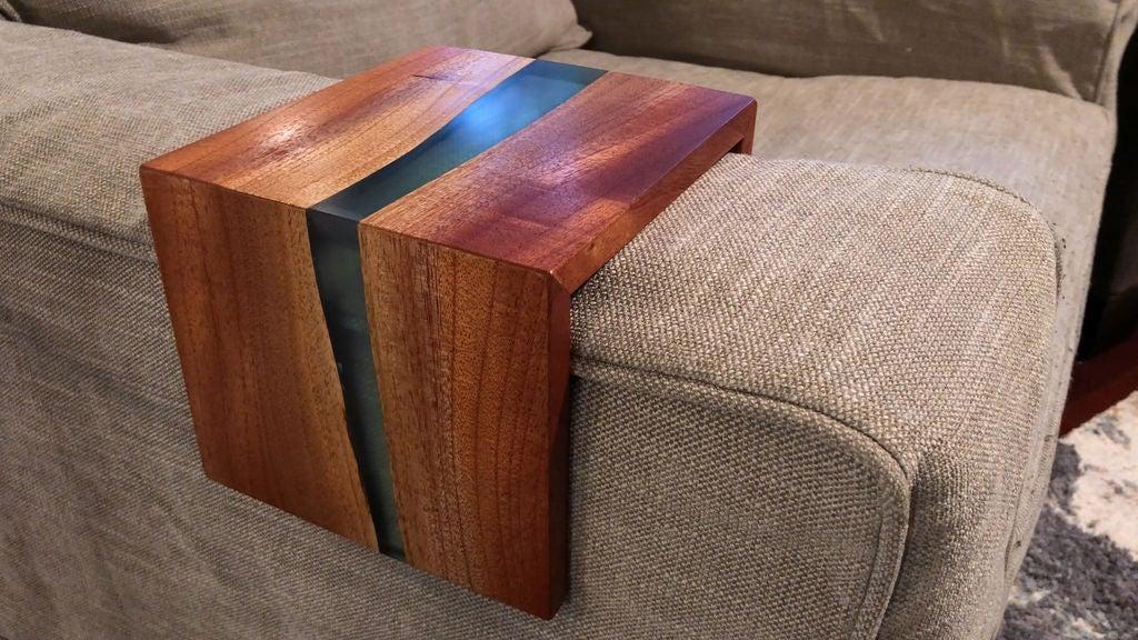 Из эпоксидной смолы и дерева получаются очень красивые вещи: муж сделал подставку под горячее на подлокотник кресла или дивана