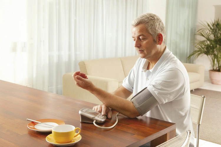 У бабушки часто скачет давление. Подружка-врач рассказала, что правильно измерять его лежа, а не сидя