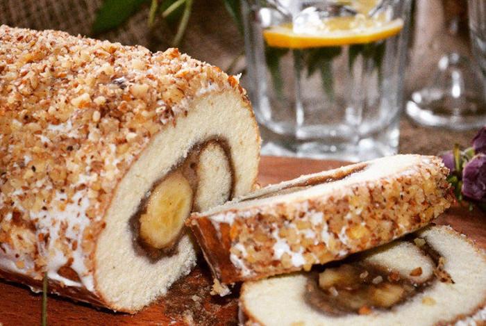 Бабушка научила делать сладкий рулет из манки с бананом без выпечки. Рецепт вкусного десерта к чаю, который готовится в холодильнике