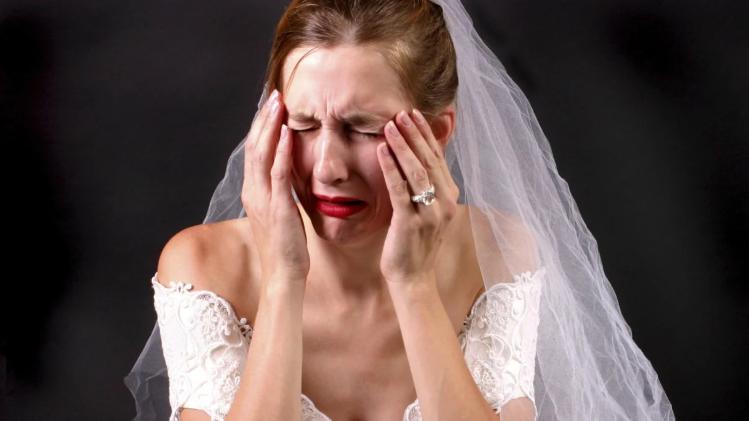 А теперь дорогие молодожены, достаем подаренные деньги и оплачиваем банкет — громко сказал отец невесты