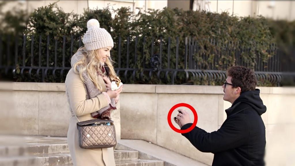 Возле Эйфелевой башни парень предлагал девушкам руку и сердце (видео)