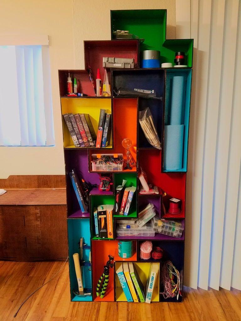 Муж предложил отличный вариант системы хранения вещей в детской: он сделал модульные полки в стиле игры  Тетрис