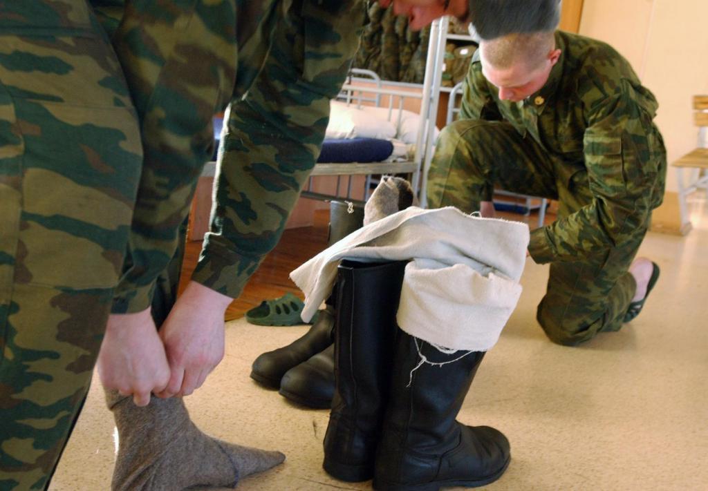 Друг, служивший в армии, рассказал, как защитить пятки от трещин и мозолей, начистить обувь с помощью зажигалки и другие лайфхаки военных