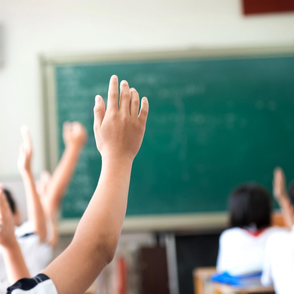 Картинки дети поднимают руки