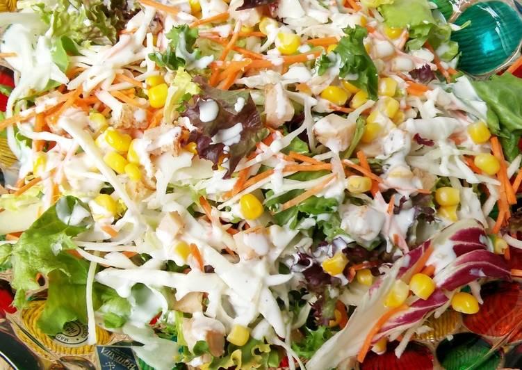 Салатная овощная смесь с сыром, ветчиной и заправкой Салат вкусный,сытный и простой,украсит любой стол