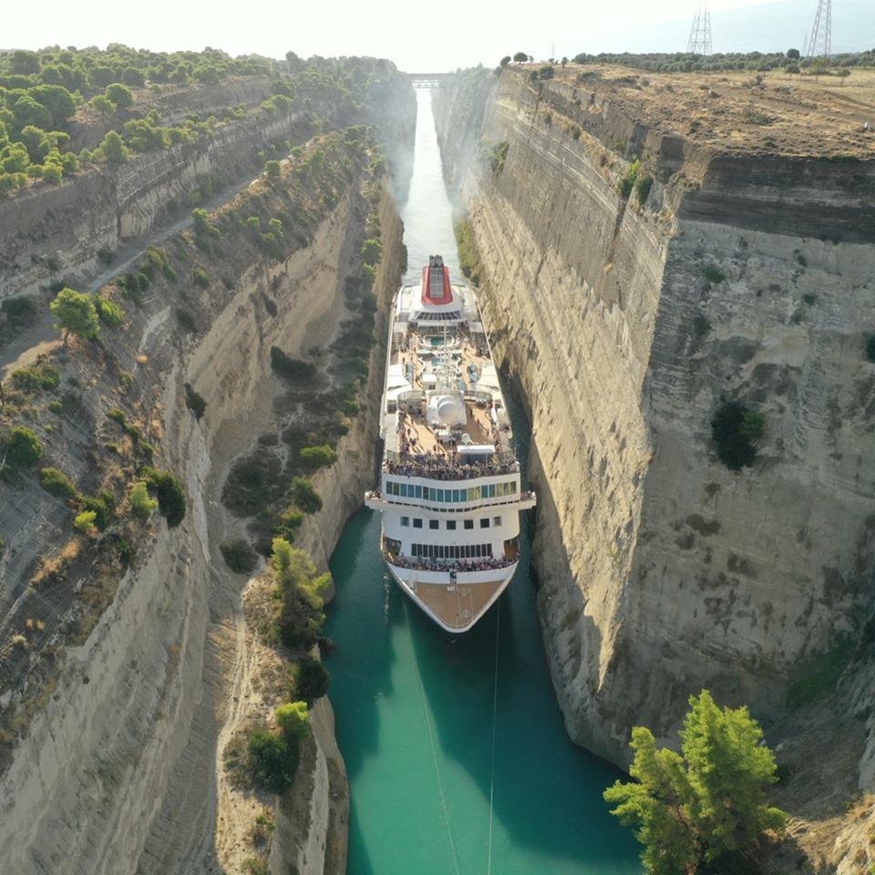 Пассажирское круизное судно шириной 22,5 м протиснулось между скал Коринфского канала Греции