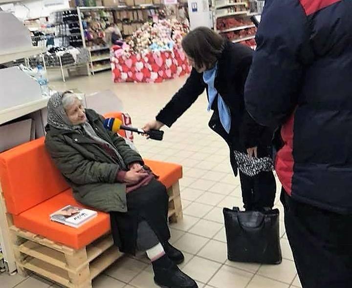 Пожилая женщина 15 лет ходит в магазин, чтобы почитать там книги: реакция персонала