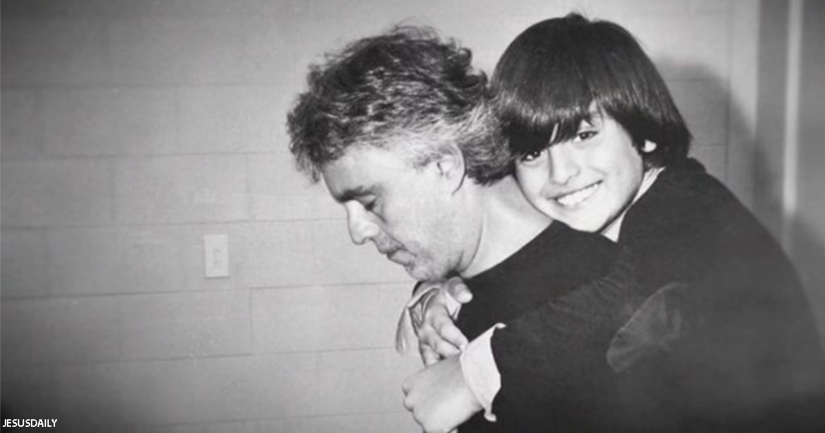 Андреа Бочелли спел дуэтом вместе с сыном. Вот что получилось