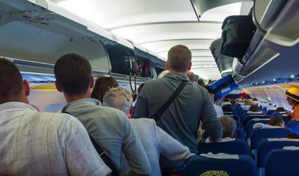 Если женщина — военный. Мужчина решил поблагодарить пассажирку в форме и уступил ей место в первом классе самолета