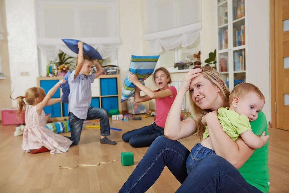 Согласно исследованию, сидеть дома с детьми довольно сложно: это вызывает больше стресса, чем ходить на работу