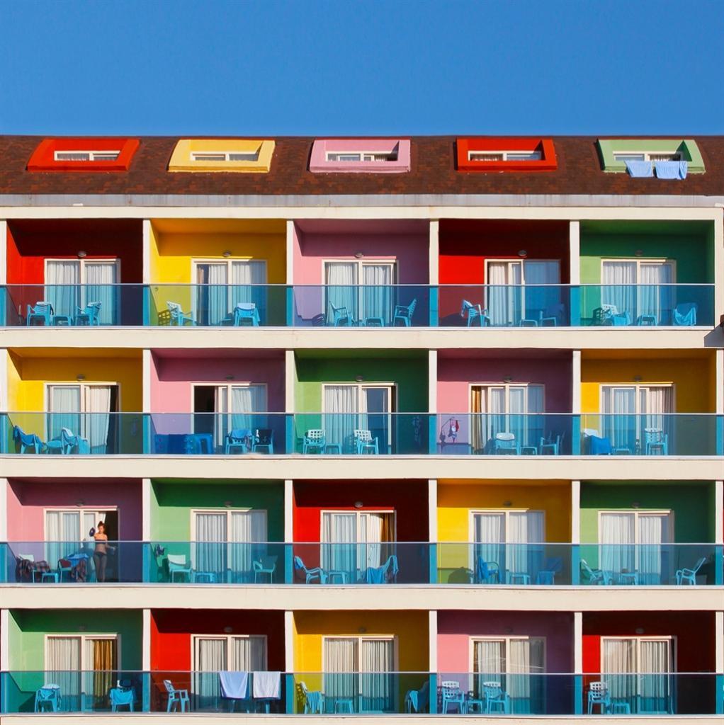 Живут теперь на яркой стороне: архитектор в Стамбуле создал разноцветные жилые районы