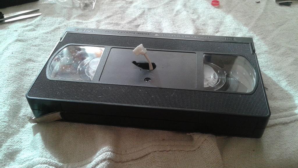 Муж нашел в шкафу старые видеокассеты: он решил не выбрасывать их, а сделал красивый ретро светильник