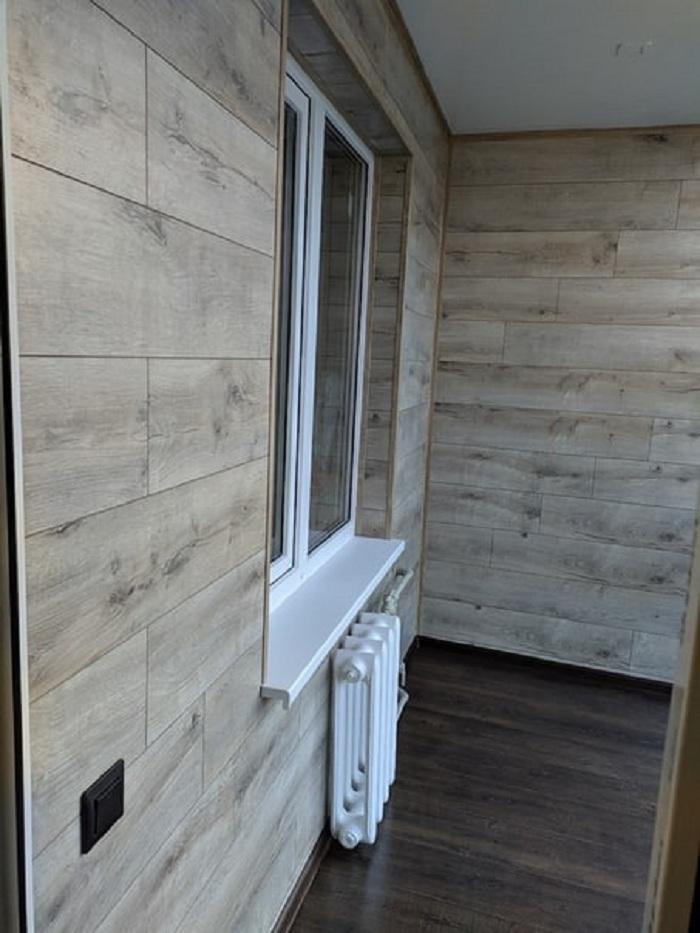 Муж затеял ремонт на лоджии: он обшил пол и стены ламинатом и установил панорамное окно. Теперь весь район как на ладони