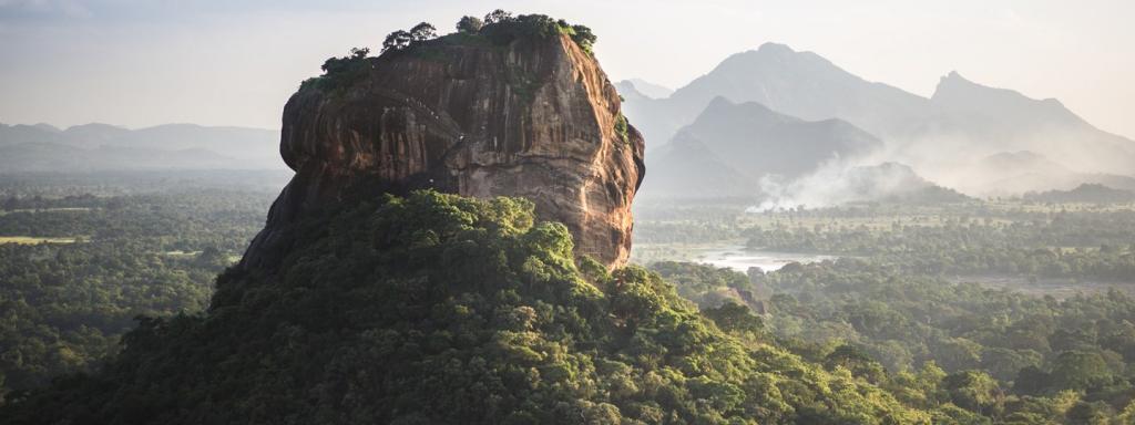 Возвышающиеся над ландшафтом могучие геологические образования внушительны и смиренны. Многие из них   места паломничества и чудес (фото)