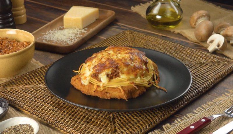 Шницель в духовке со спагетти и нежным сливочным соусом готовится очень просто