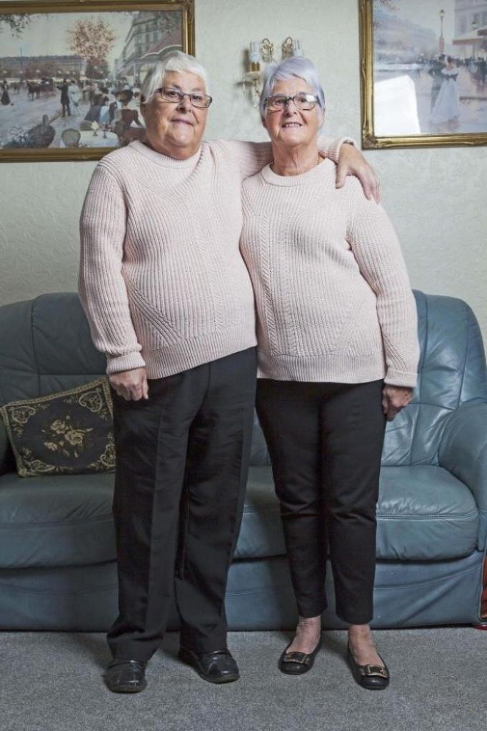 Жили на расстоянии 5 км, но встретились через 66 лет: разлученные в детстве сестры-близнецы нашли друг друга