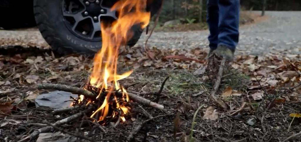 Если под рукой нет спичек: как развести огонь с помощью автомобиля