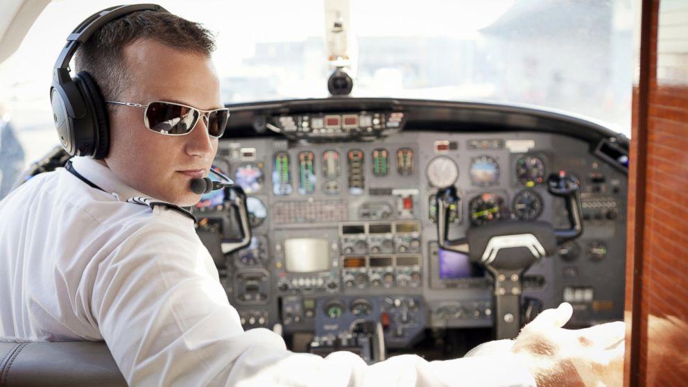 Ни разу не видела летчика с усами и бородой. Стюардесса рассказала, почему все пилоты гладко выбриты