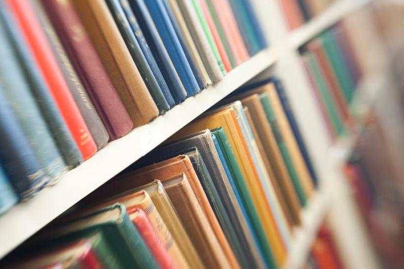 Главные принципы организации книжных полок в интерьере