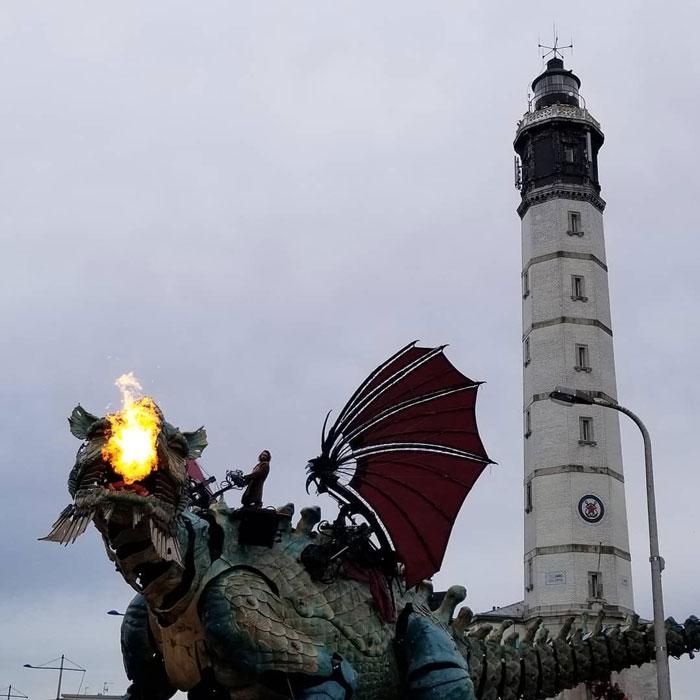 Огромный огнедышащий механический дракон участвует в театральном представлении на улицах Франции (фото)