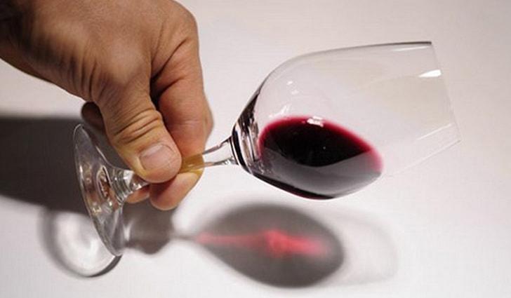 Всего за минуту я определяю поддельное вино. Для этого достаточно добавить в бокал щепотку соды