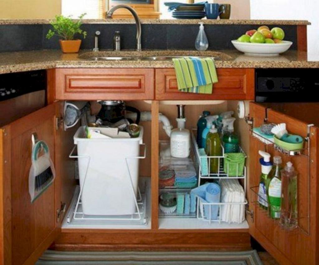 Многие допускают эту ошибку: 4 вещи, которые нельзя хранить в шкафу под мойкой