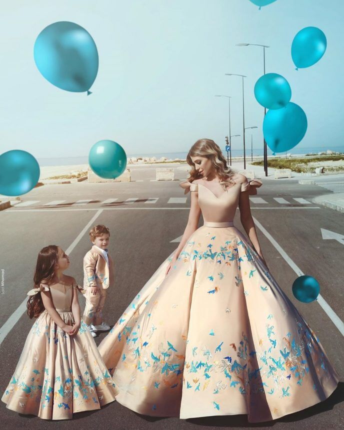 Красивые мамы с дочерьми в одинаковых роскошных нарядах