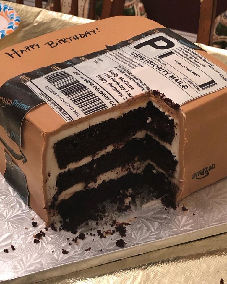 В свой день рождения Эмили получила посылку от мужа. Такого торта она еще не видела