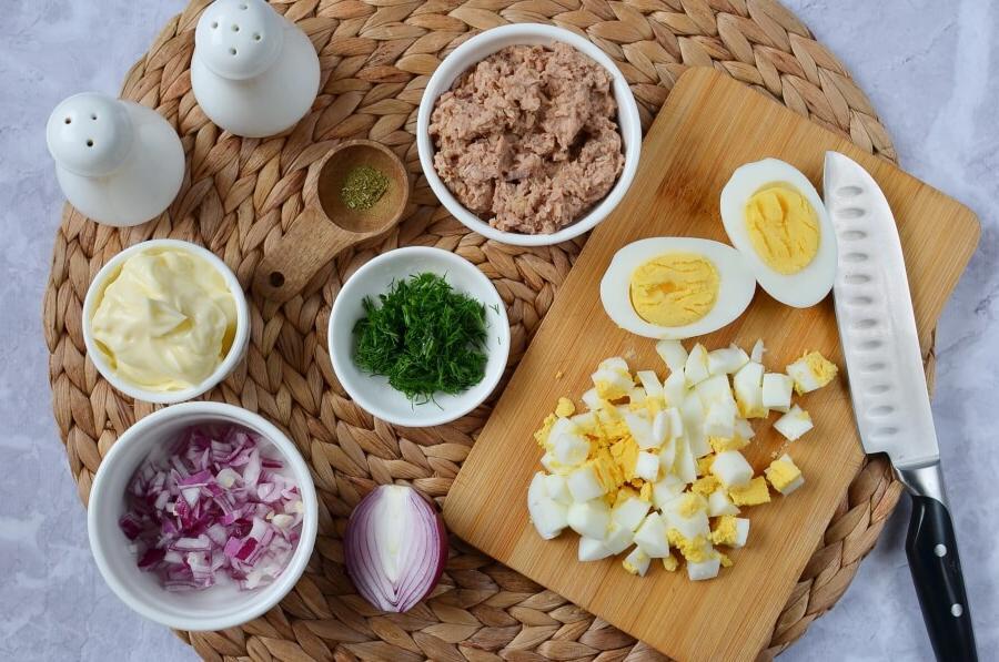 Лучшее блюдо соседки: салат из тунца с яйцом, укропом и красным луком. Вкусно и сытно