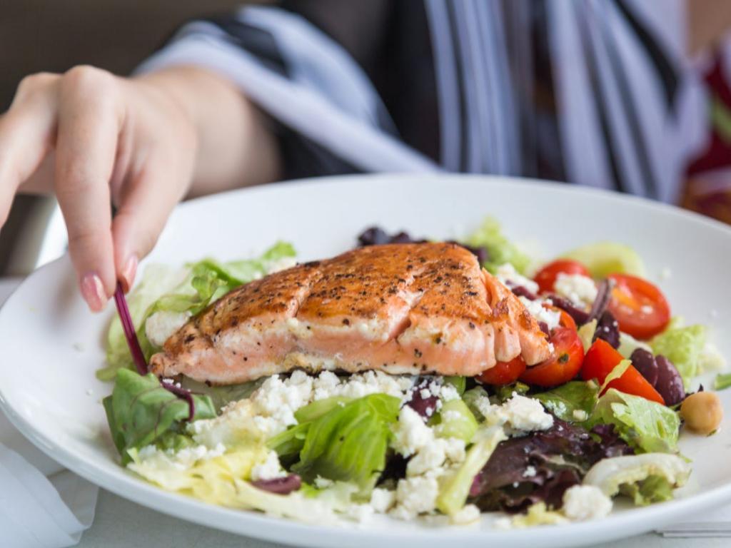 Яйца Бенедикт, салат и севиче: какие блюда лучше заказывать в ресторане, а не готовить дома