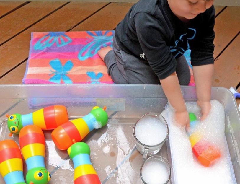 Занять ребенка надолго и с пользой: домашняя станция мытья игрушек