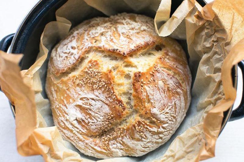 Узнала рецепт хлеба с хрустящей корочкой, в котором тесто месить не нужно. Теперь едим только домашний