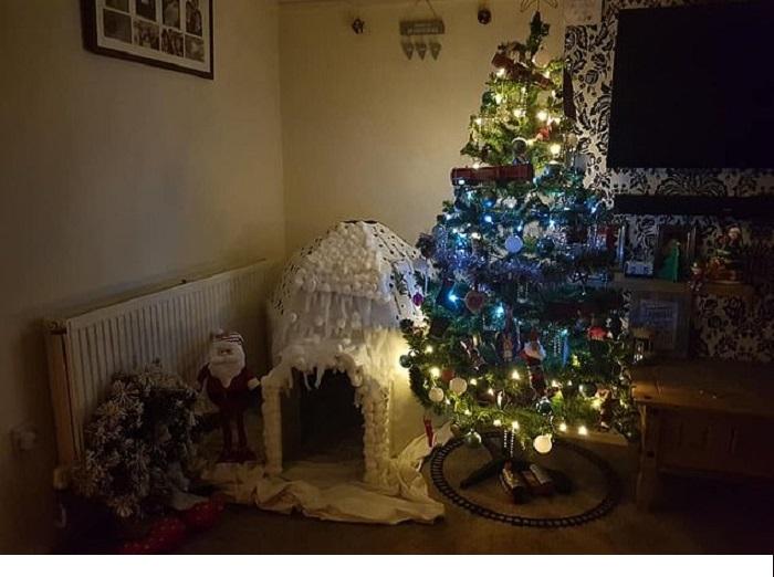 Мама сделала для своего сына сказочный рождественский домик, используя подручные материалы: фото