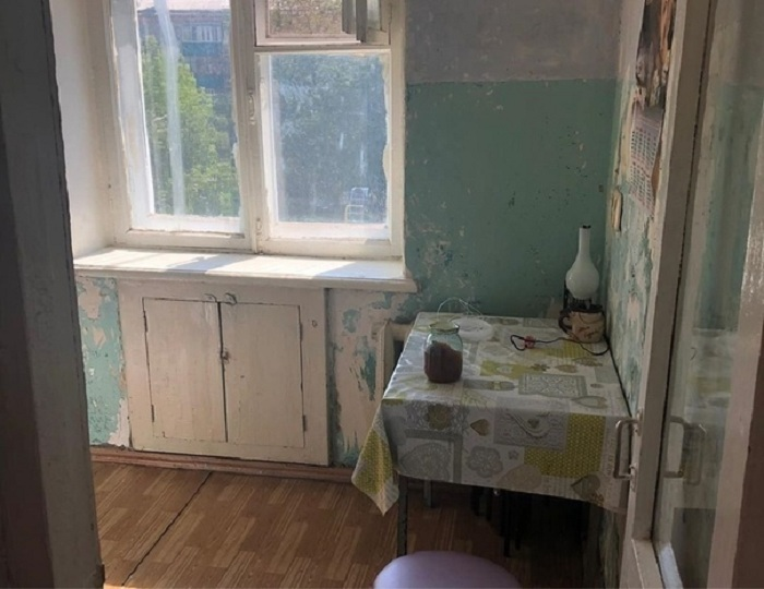 Из полуразрушенной кухни в хрущевке молодая пара сделала стильное пространство с темным интерьером. Чтобы сэкономить место, поставили барную стойку вместо стола: фото